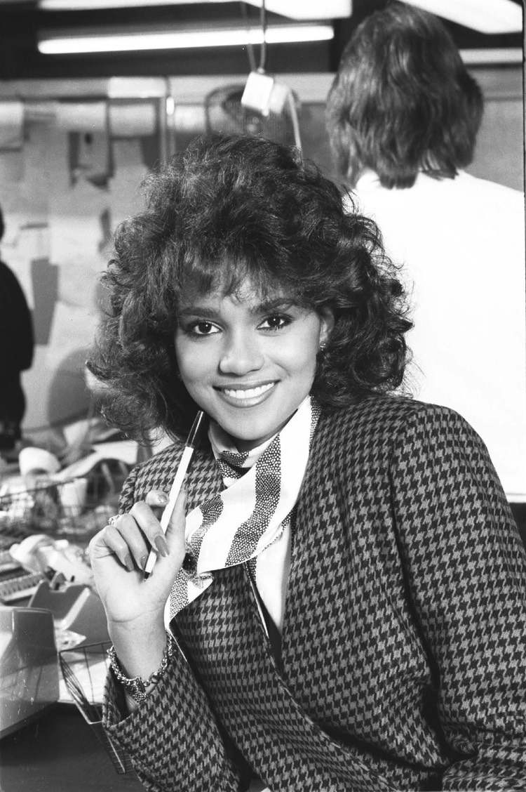 Halle Berry Daily Express Nov 86 2
